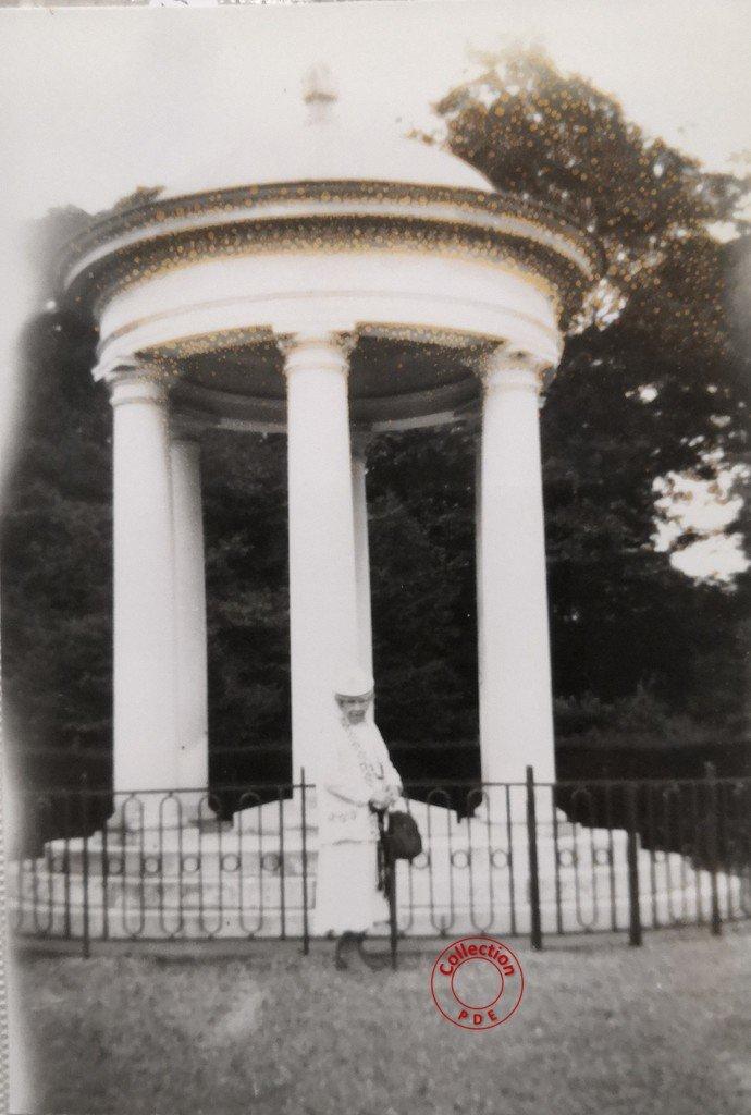 La Marechale Joffre devant le tombeau de son mari